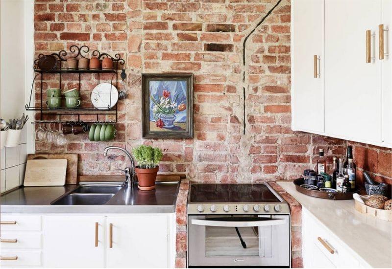 Кирпичная стена в интерьере кухни в деревенском стиле