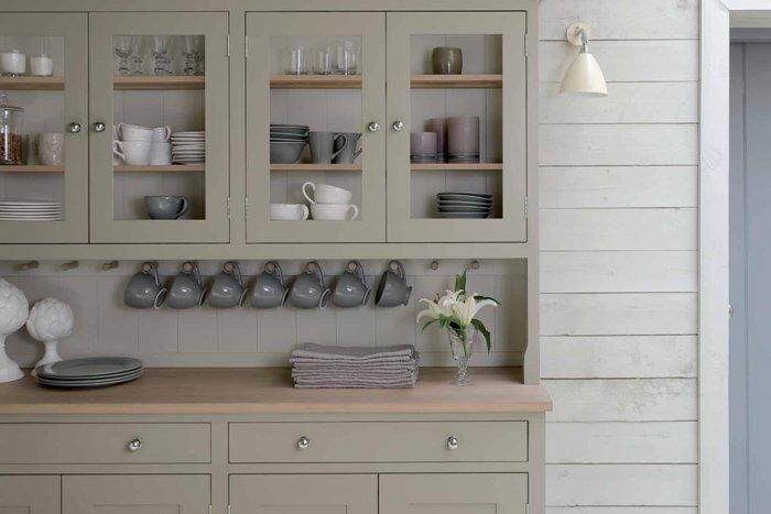 Пастельный серый и оливковый цвета на деревенской кухне