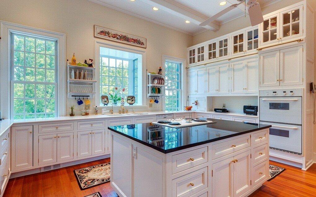 Дизайн кухни два окна 5